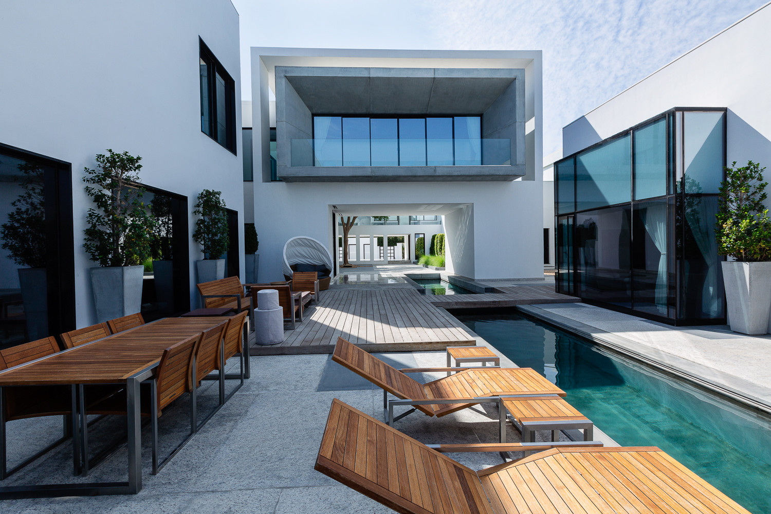Modern architecture photographers Ella Bessette captures villa courtyard at Dubai Residence
